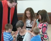 kids praying for missionary